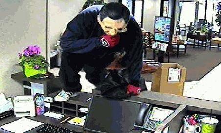 Incredibil: Un elev de clasa a 10-a din Vatra Dornei a încercat să jefuiască o bancă