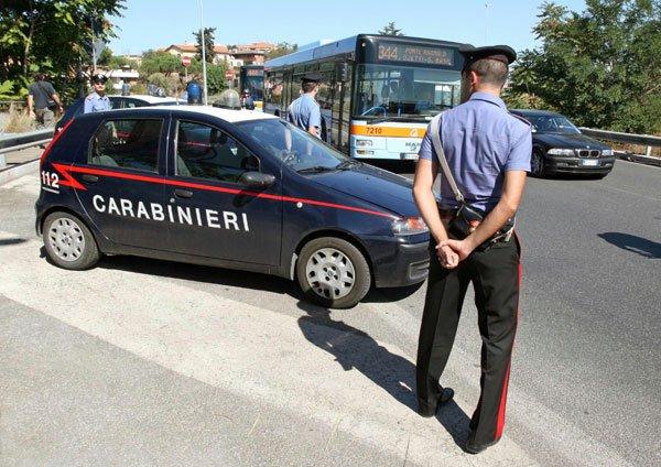 Trei români se dădeau drept poliţişti şi jefuiau turiştii la Roma