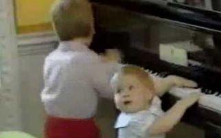 Înregistrare inedită cu prinţii William şi Harry: Nu ştiau să vorbească bine, dar dădeau concerte la pian