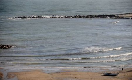 Plajă de octombrie. Deşi e toamnă, fetele topless şi baia în mare nu au dispărut