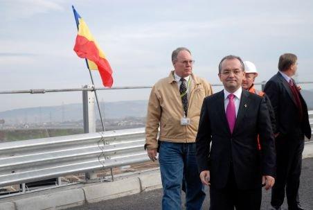 Premierul Boc, supărat foc pe constructorul autostrăzii Timişoara-Arad: Nu e o lucrare de artă. Cât mai vreţi vreme bună? Vine iarna!