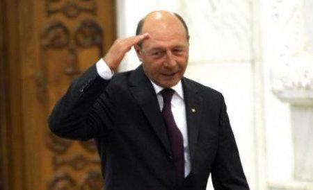 Traian Băsescu, singur la cumpărături într-un supermarket. Vezi imagini cu preşedintele