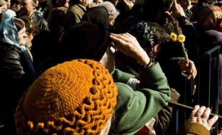 Iaşiul, luat cu asalt de pelerini. Mii de credincioşi şi-au petrecut noaptea în frig, în aşteptarea moaştelor Sf. Parascheva