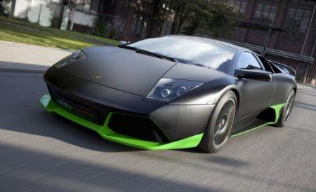 Incredibil! Un tânăr sare peste un Lamborghini care circulă cu peste 80 de km/h