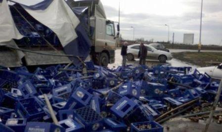 Un TIR încărcat cu 20 tone de bere s-a răsturnat pe o şosea din Iaşi