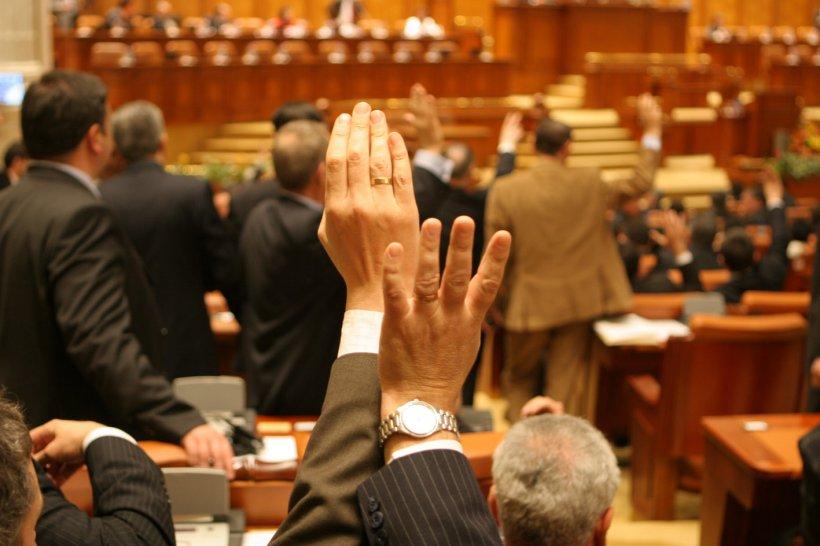 """Deputatul PDL, Valentin Rusu, DJ la """"butoane""""! A votat la două mâini de 26 de ori într-o şedinţă"""