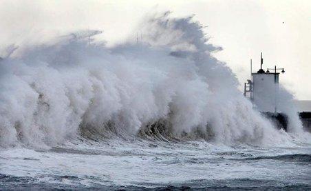Spectacol inedit pe Marea Neagră! Pentru a doua noapte la rând, valurile au atins 12 metri
