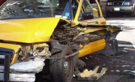 Trei tineri au murit, după ce taxiul în care se aflau a derapat şi s-a ciocnit cu o autoutilitară