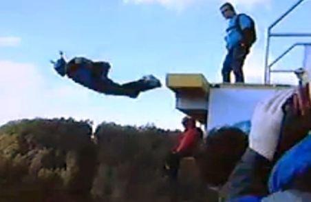 Un cascador a scăpat cu viaţă după ce a căzut de la peste 300 de metri în apă. Vezi cum a fost posibil