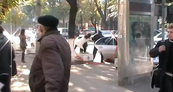Aşa se face dreptate în Rep. Moldova. Tânără luată pe sus şi bagată într-o maşină, în plină zi