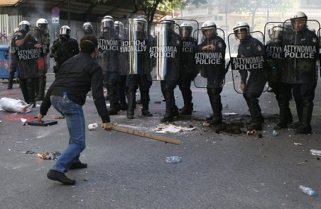 Bătăi de stradă între zecile de mii de manifestanţi şi poliţia elenă. Vezi imagini de la incidente
