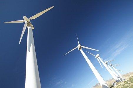 Mini-turbina eoliană care poate genera electricitate incontinuu