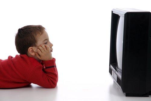 Este oficial: Expunerea prelungită la televizor dăunează copiilor sub doi ani
