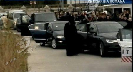 Moaştele Sfântului Andrei, aduse la Patriarhie cu maşini de lux. Capul Ocrotitorului României va mai ajunge la Sibiu şi Alba-Iulia