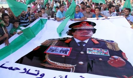 Gaddafi va fi înmormântat astăzi într-un loc secret din deşert