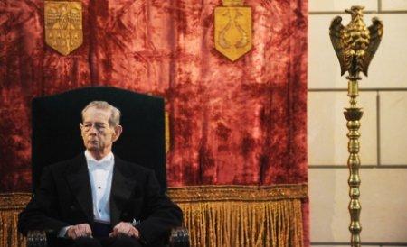 Le Monde: Regele Mihai împlineşte 90 de ani, dar încă face clasa politică românească să trepideze