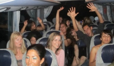 Se întâmplă doar în România. Mai mulţi tineri au transformat un autobuz în discotecă