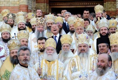 Băsescu, înconjurat de feţe bisericeşti - imaginea anului? Senatorul PSD Daniel Savu: Sunt şocat!