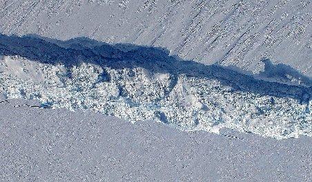Gheaţa polară se retrage. Un aisberg uriaş se va desprinde de un gheţar din Antarctica