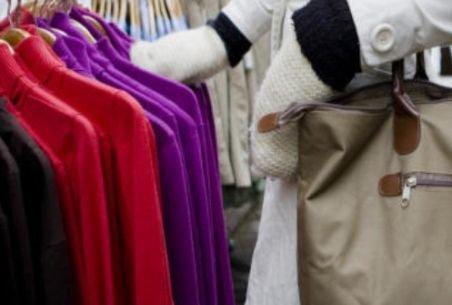 Oneşti. O femeie prinsă la furat în magazin, bătută de angajate