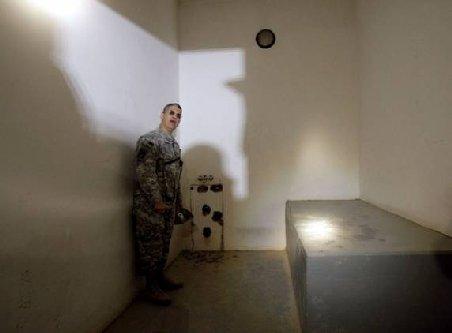 Toaleta din celula lui Saddam Hussein, piesă de muzeu în Statele Unite