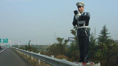 """Maeștrii imitațiilor. Chinezii au montat un polițist """"fals"""" pe autostradă"""