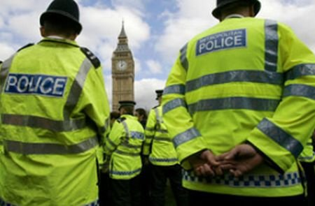 Un român suspectat de crimă îi dă bătăi de cap ministrului de interne britanic. Află motivul