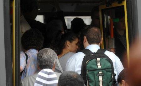 Razie printre microbuzele conservă. Poliţiştii s-au pus pe numărat pasagerii transportaţi ilegal