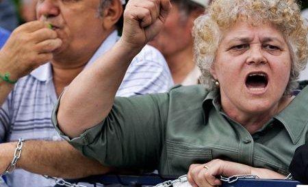 Zeci de asistenţi personali au protestat faţă de neplata salariilor în ultimele 6 luni