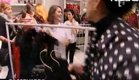 Bătaie pe haine de firmă, în Capitală. Colecţia semnată Donatella Versace a isterizat româncele