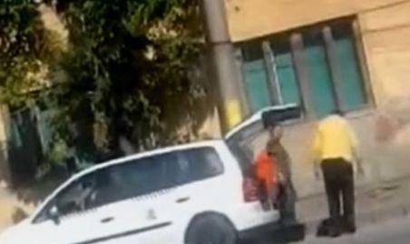 Cum se fură în România. Un taximetrist îşi încarcă portbagajul cu ... borduri