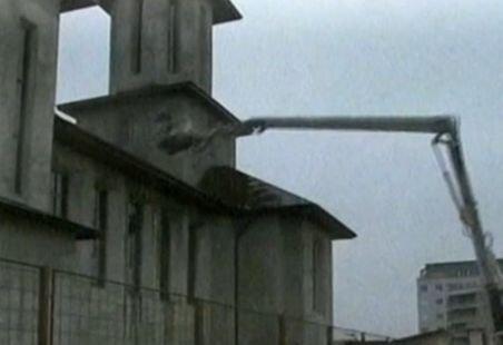 Din salvatori, distrugători. O autospecială a pompierilor s-a prăbuşit pe acoperişul unei biserici