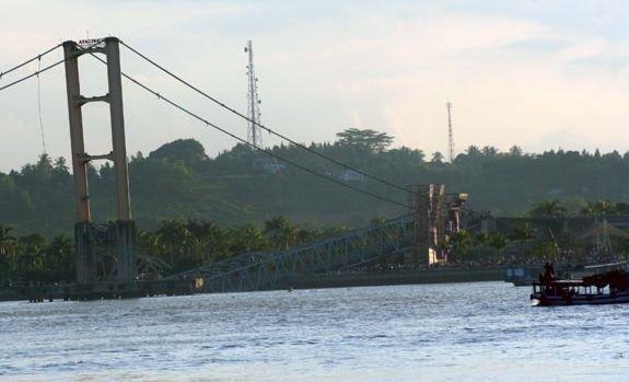 Copia din Indonezia a podului Golden Gate s-a prăbuşit. 11 oameni au murit