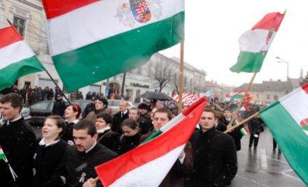 15 maghiari, reţinuţi de 1 Decembrie. Vezi ce mesaje revoltătoare au scris pe steagurile extremiste
