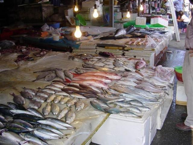 Razie la Obor. Vânzătorii de peşte au rămas fără marfă pentru că au minţit în acte
