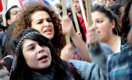 """Elevii de la Jean Monnet protestează din nou: """"Nu suntem toţi oi negre"""""""