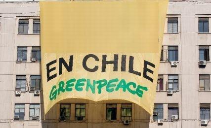 Protest Greenpeace: Militanţii s-au urcat pe un zgârie-nori şi au desfăşurat o lozincă uriaşă