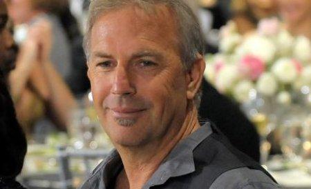 Kevin Costner concertează în Bucureşti