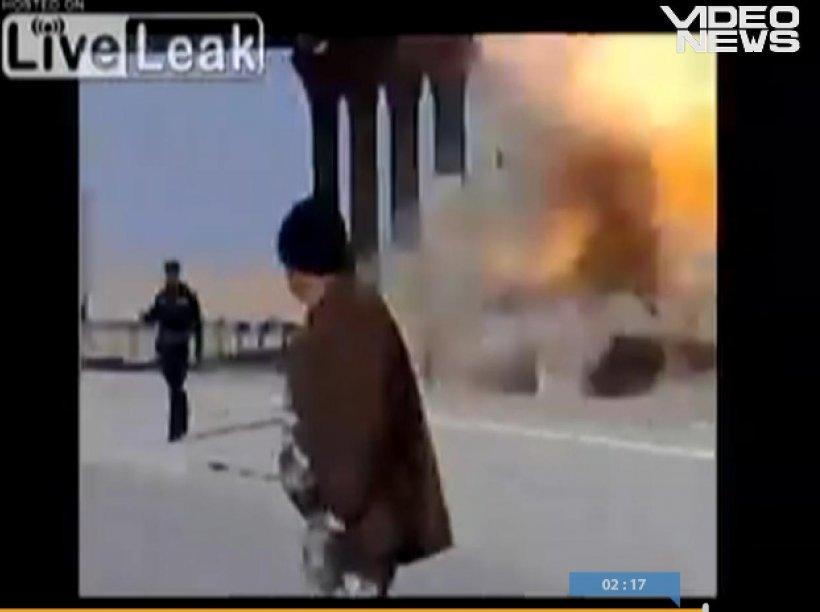 IMAGINI ŞOCANTE: Corpul unui irakian atârnat de un pod explodează chiar deasupra unui poliţist