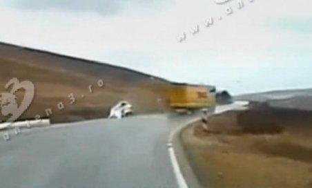 Accident spectaculos în Alba: Un tir derapează şi loveşte cu remorca o maşină de pe contrasens