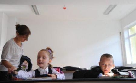 Copiii de la o grădiniţă din Vrancea învaţă pe holul şcolii. Tavanul clasei stă să se prăbuşească