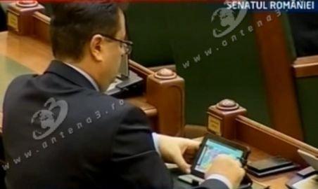 Senatorul PDL Marius Necula a dat în mintea copiilor sau se plictiseşte îngrozitor: Se joacă pe tabletă în Parlament