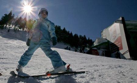 Turiştii se mulţumesc şi cu zăpadă artificială. Staţiunile de schi sunt pline