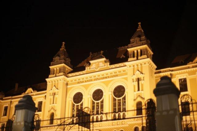 Stema Ungariei tronează pe frontispiciul liceului Marton Anton din Miercurea Ciuc. Drapelul României, nicăieri