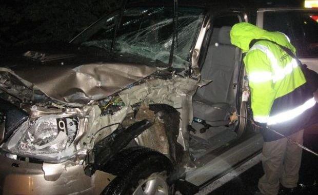 Un tânăr ce conducea un jeep a băgat în mormânt o femeie de 56 de ani. Soţul femeii, în stare gravă la spital