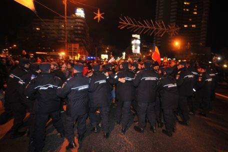 PROTESTE VIOLENTE ÎN BUCUREŞTI! Jandarmii au trimis oamenii acasă, după ce i-au amenințat cu folosirea forței