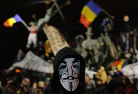 PROTESTE VIOLENTE ÎN CENTRUL BUCUREŞTIULUI. Manifestanţii au folosit sticle incediare şi torţe