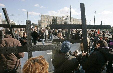Mii de oameni demonstrează la Atena: Afară UE, FMI. Guvernanţii vând Grecia. Împing ţara în prăpastie cu aceste măsuri