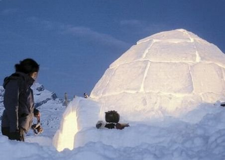 Preoţii au sfinţit biserica de gheaţă de la Bâlea Lac