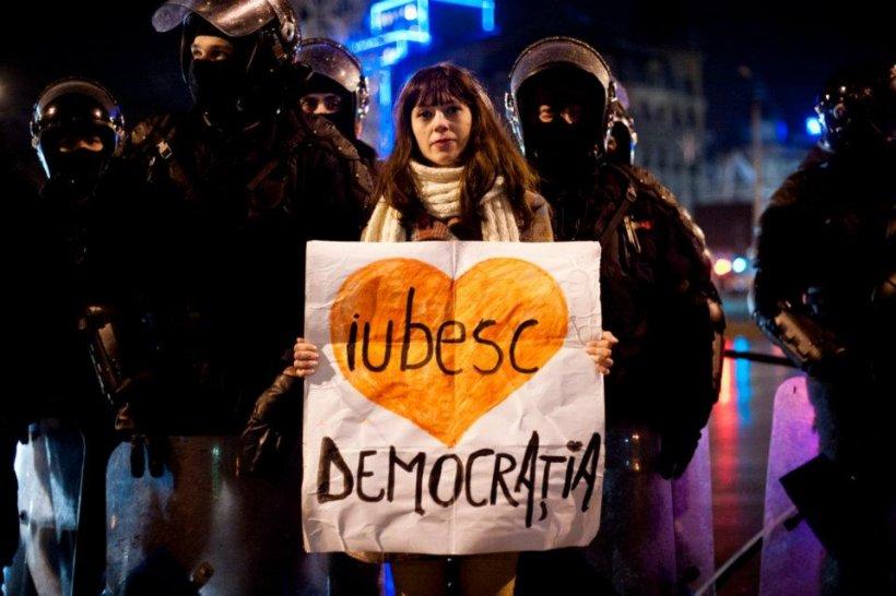 """""""România, ridică-te din genunchi!"""" Cele mai tari pancarte din Piaţa Universităţii. VOTEAZĂ mesajul preferat"""
